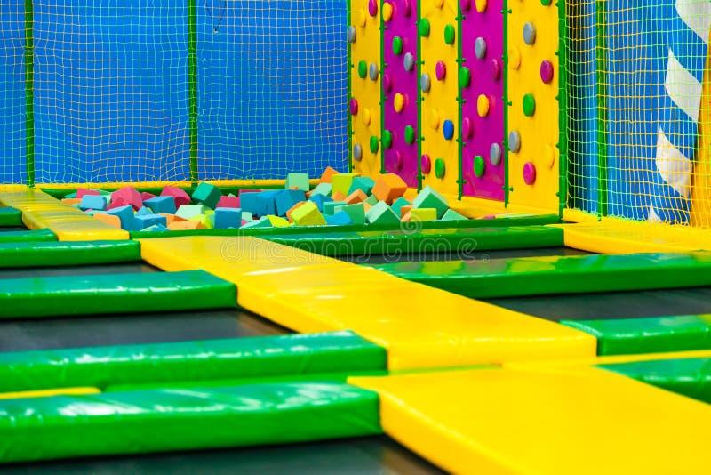 Corde au sol de jeu color?e de jouet en plastique int?rieur de terrain de jeu d'enfants photos libres de droits