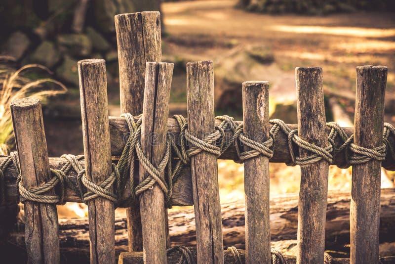 Corde autour de barrière en bois photographie stock