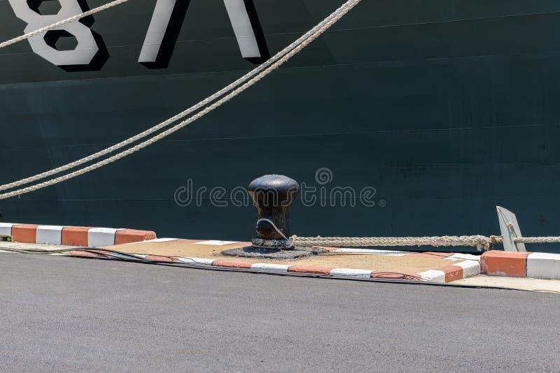 Corde avec le bateau d'ancre sur le port gauche images libres de droits
