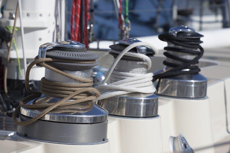 Corde colorée sur un voilier photos stock