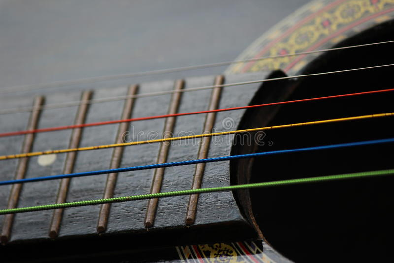 Corde colorate della chitarra immagine stock libera da diritti