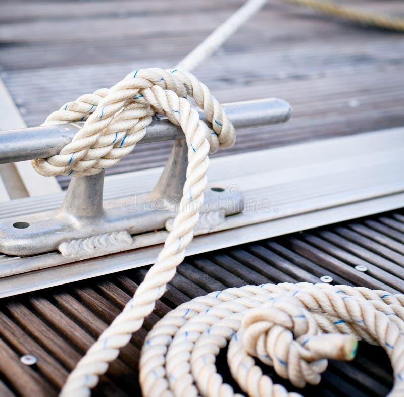Corde d'amarrage attachée autour du point d'attache en acier photo libre de droits