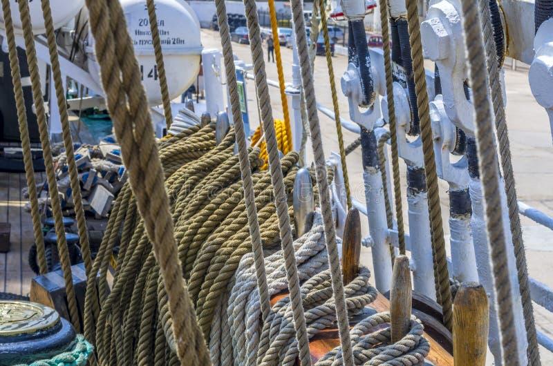 Corde d'amarrage attachée sur les bornes du vieux bateau en bois photos libres de droits