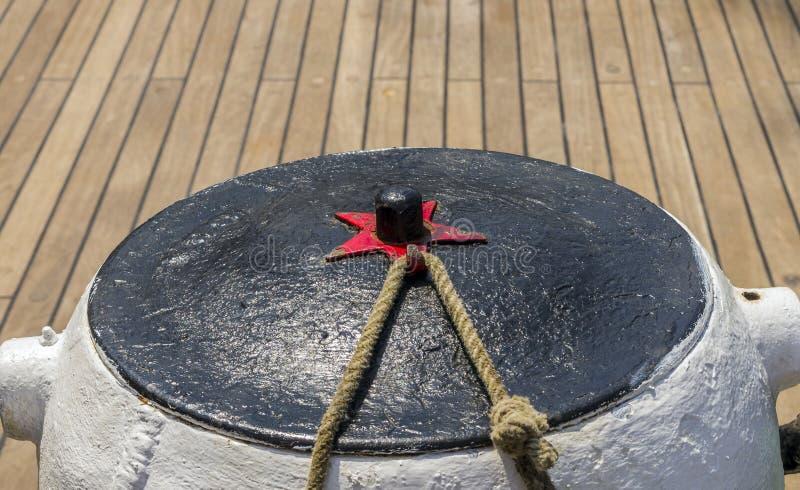 Corde d'amarrage attachée sur les bornes du vieux bateau en bois image stock