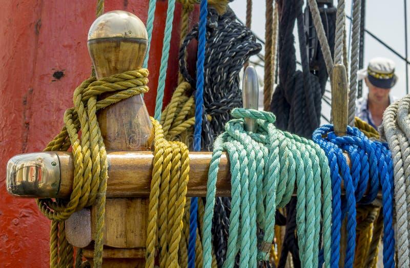 Corde d'amarrage attachée sur les bornes du vieux bateau en bois photo stock