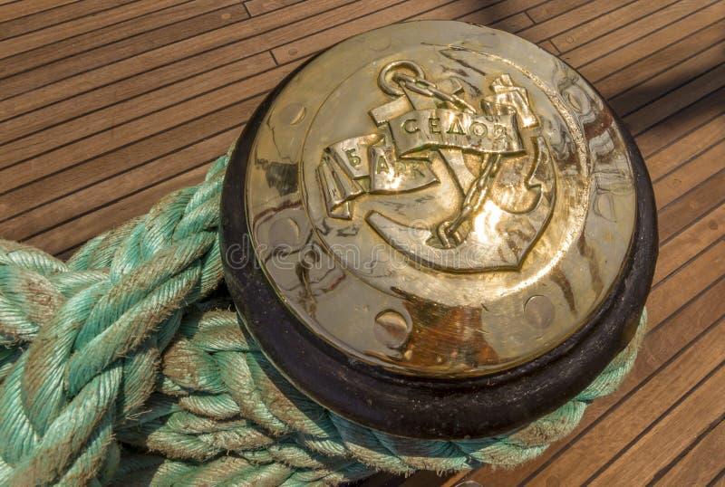 Corde d'amarrage attachée sur les bornes du vieux bateau en bois photographie stock libre de droits