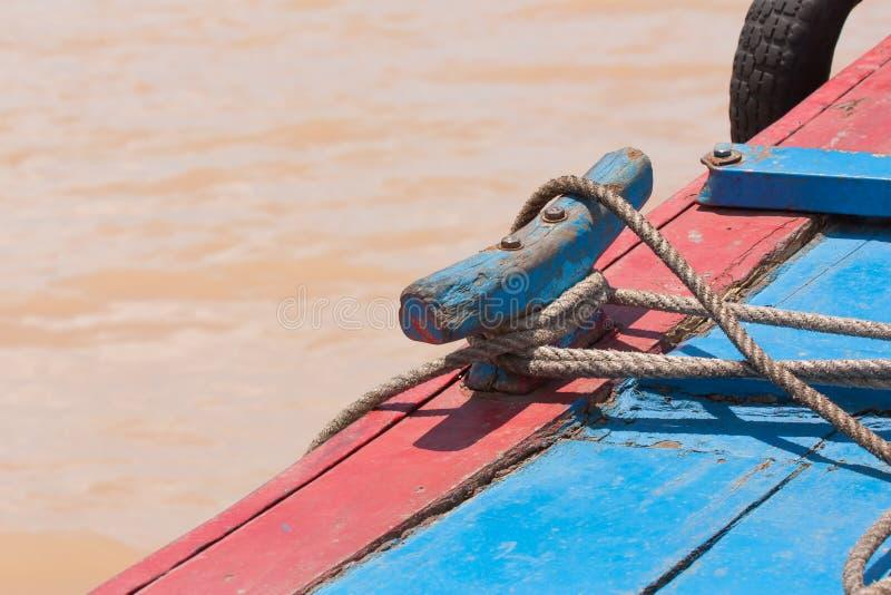 Corde d'amarrage sur un petit bateau de pêche au Vietnam photo libre de droits