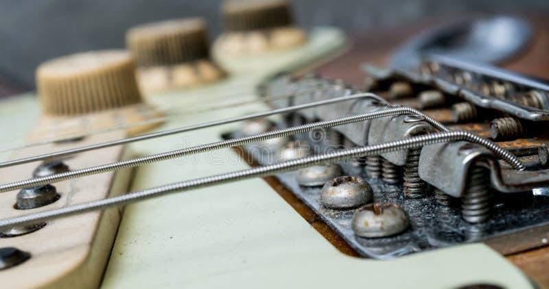 Corde d'annata e ponte della chitarra elettrica fotografia stock libera da diritti
