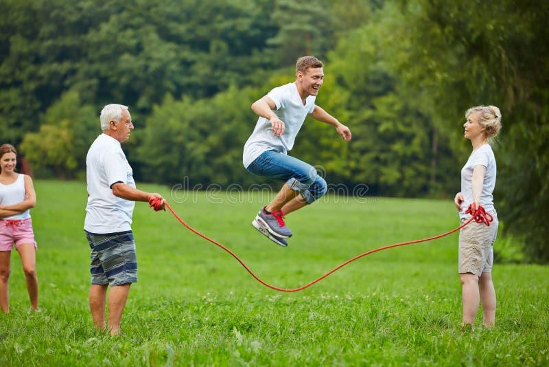 Corde d'homme sautant avec la corde à sauter images stock