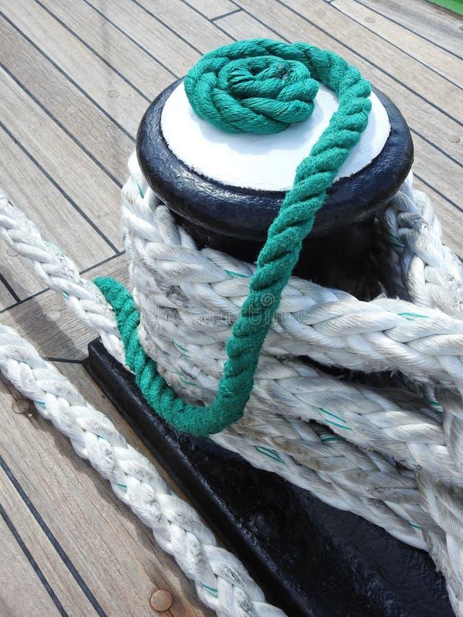 Corde de bateau de navigation sur le bureau image stock