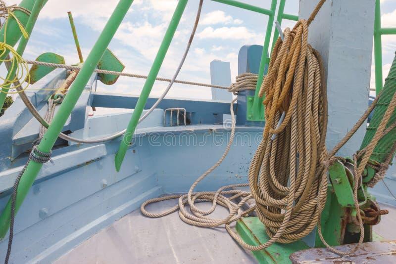 Corde de petit pain sur le bateau de pêche photo stock