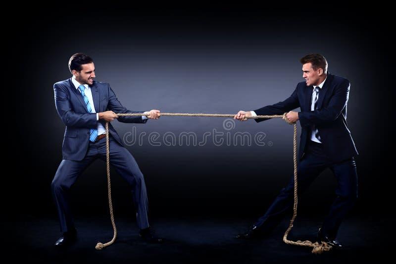 Corde de traction de deux hommes d'affaires en concurrence photos stock