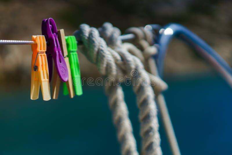 Corde en acier de yacht avec des brides de blanchisserie image stock