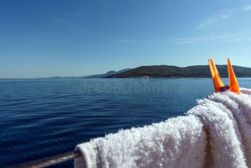 Corde en acier de yacht avec des brides de blanchisserie images libres de droits