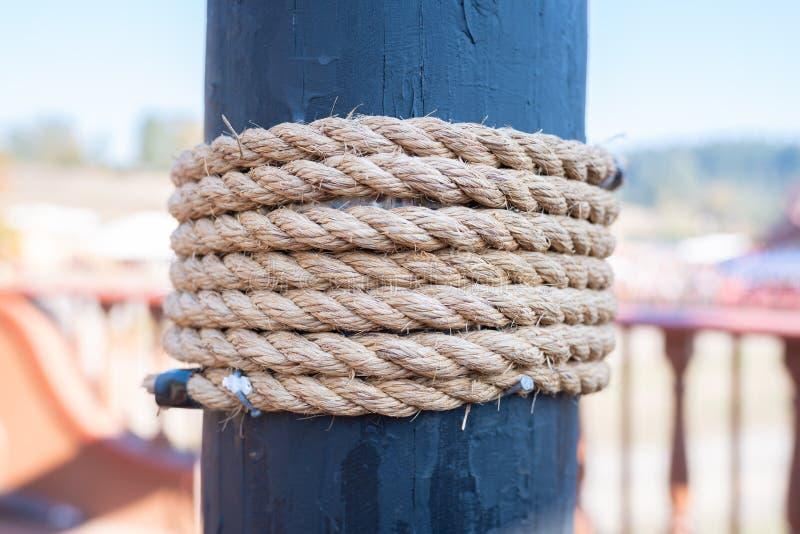 Corde enroulée autour du mât noir image libre de droits