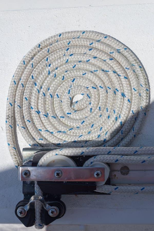 Corde enroulée blanche avant la navigation image stock