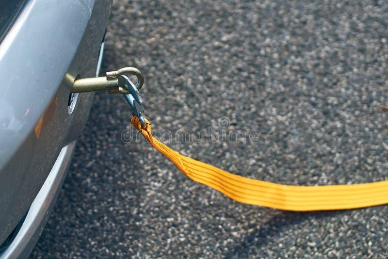 Corde jaune de remorquage fixée à une voiture image libre de droits