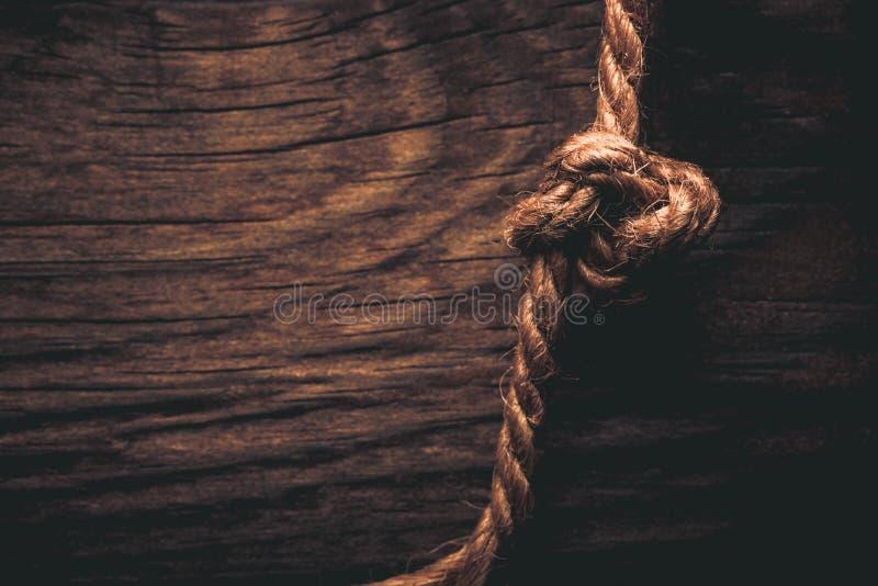 Corde naturelle sur une texture rustique en bois pour le fond Rugueux nous images libres de droits