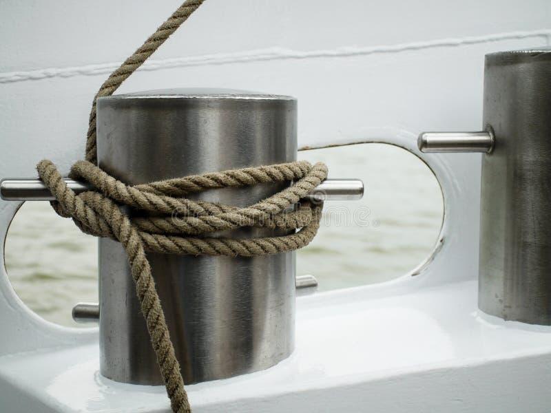 Corde nouée autour d'une borne photographie stock
