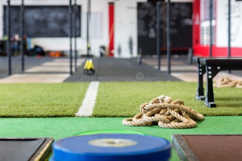 Corde sur le tapis dans le centre de fitness photographie stock