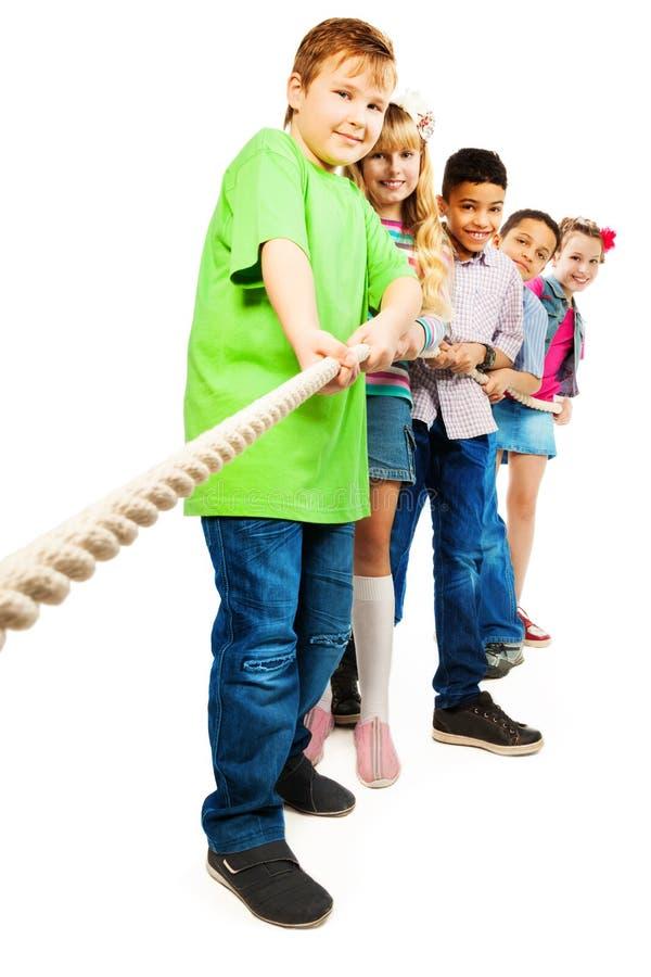 Corde tirant le concours d'enfants photo libre de droits