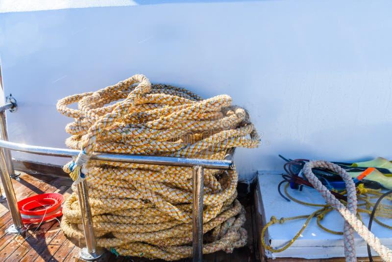 Cordes épaisses et attirail différent sur un yacht photo stock