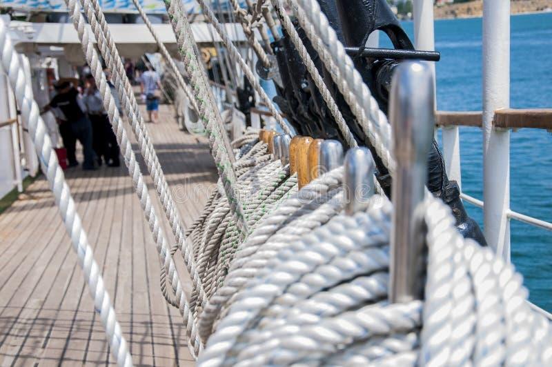 Cordes de câble sur un bateau photographie stock libre de droits