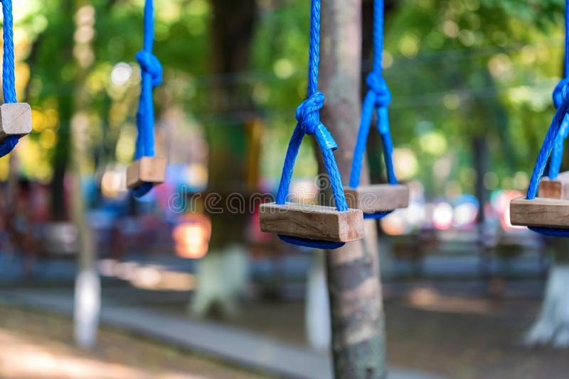 Cordes de parc d'aventure pour s'élever images libres de droits