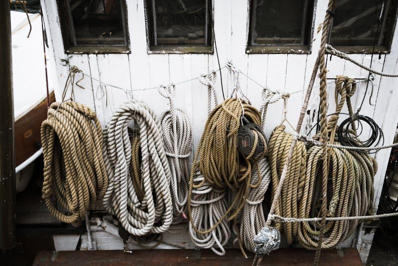 Cordes enroulées sur un bateau photographie stock