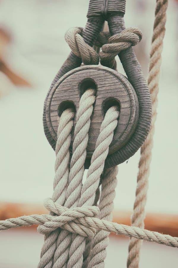 Cordes et blocs sur un voilier photographie stock libre de droits