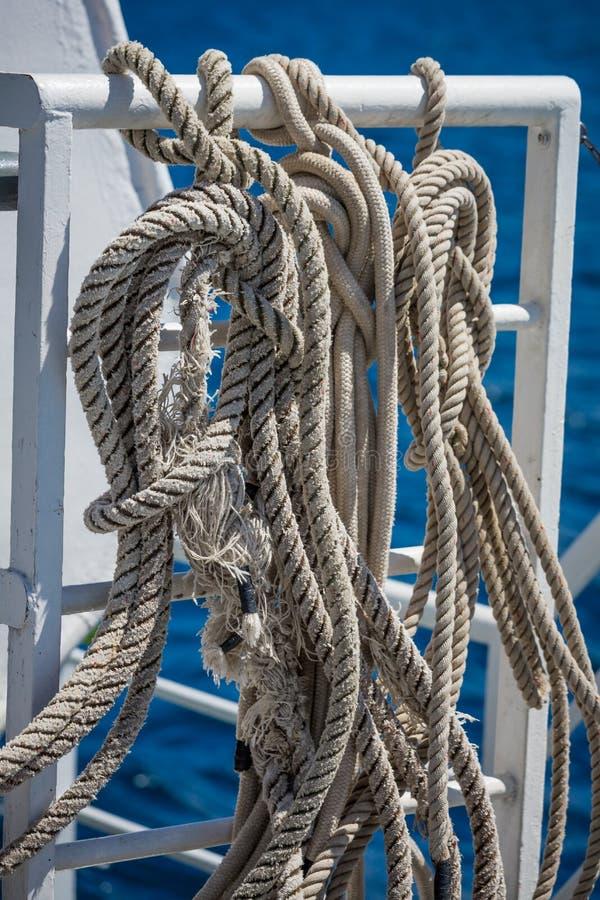 Cordes et lignes de bateau de navigation d'une manière ordonnée lovées photographie stock libre de droits