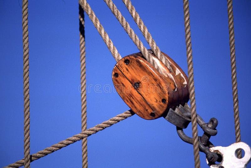 Cordes et poulie de bateau de navigation photographie stock libre de droits