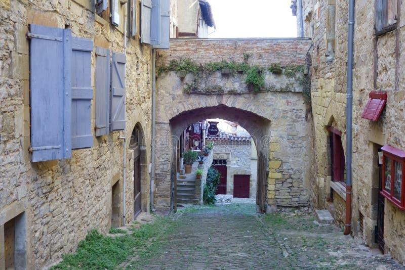 Cordes-sur-Ciel Stille steeg en binnenplaats tussen huizen in bijlage aan de stadsmuur royalty-vrije stock fotografie