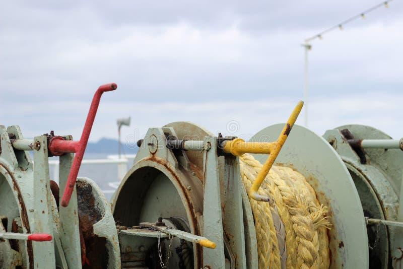 Cordes sur la plate-forme d'un bateau image stock
