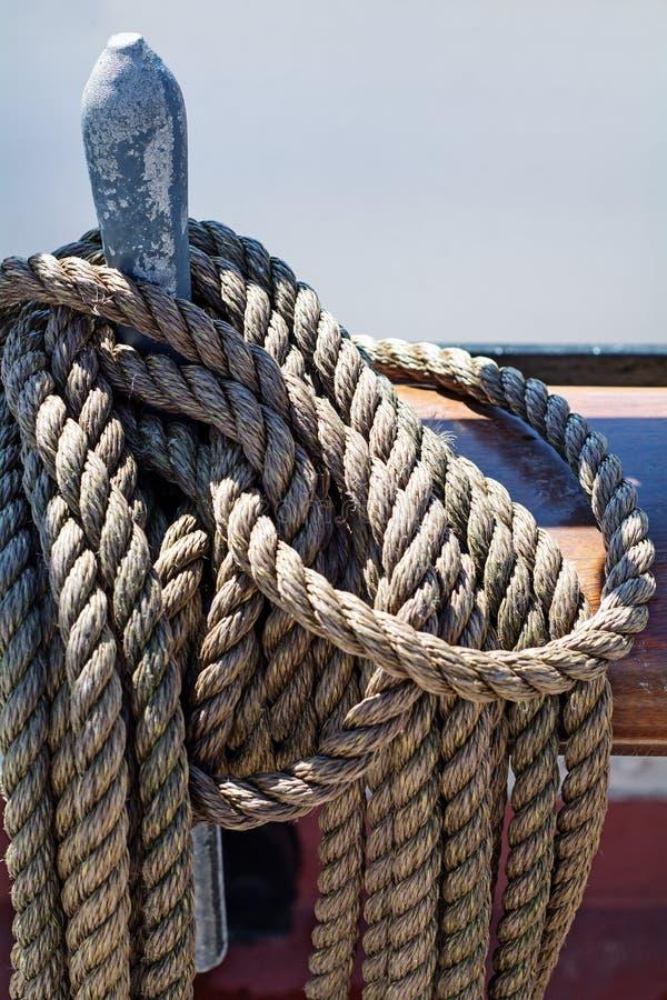 Cordes sur un navire de navigation antique images stock