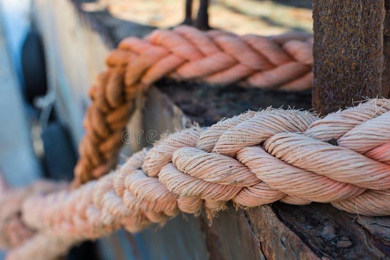 Cordes sur vieux Rusty Ship Closeup Vieille corde de bateau frangée comme Nauti image stock