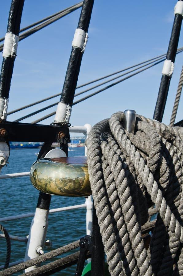 Cordes tressées dans les baies sur un navire de navigation antique photo stock