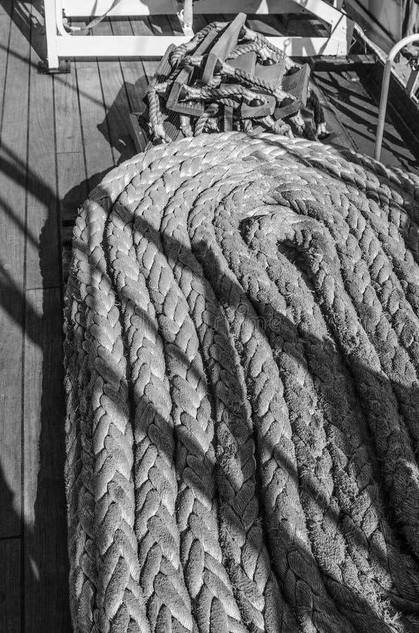 Cordes tressées dans les baies sur un navire de navigation antique images libres de droits