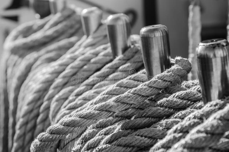 Cordes tressées dans les baies sur un navire de navigation antique photographie stock libre de droits