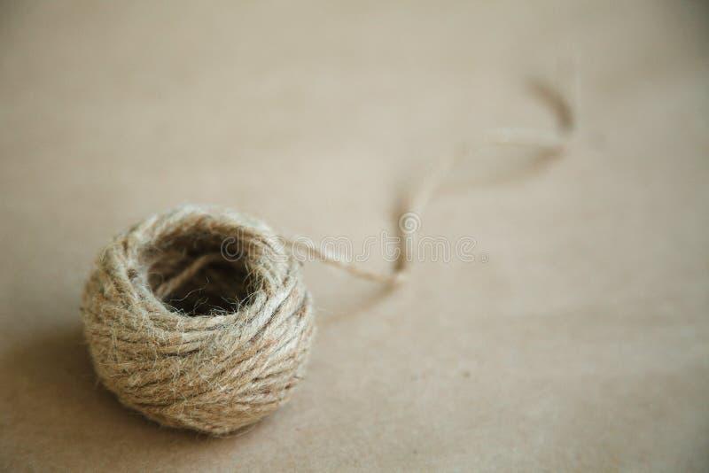 Cordicella antiquata su un fondo d'annata marrone Spazio vuoto per testo fotografia stock