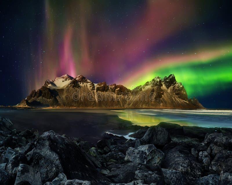 Cordilheira com aurora borealis, Icelan de Vestrahorn Stockknes foto de stock