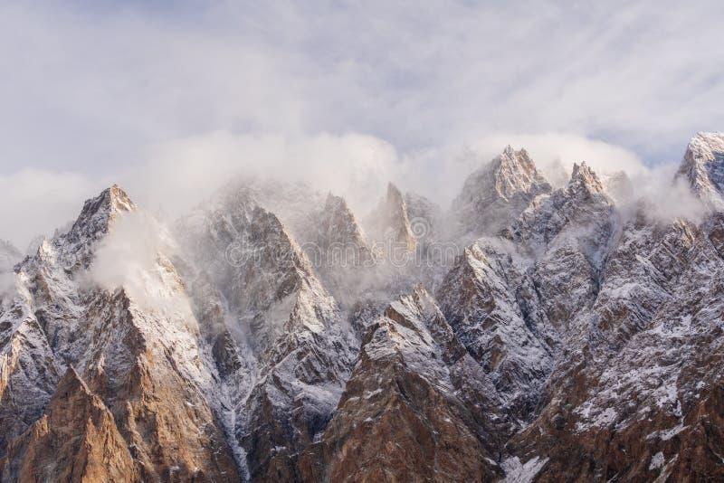 Cordilheira da catedral de Passu com nuvem e ambiente nevoento na manhã em Paquistão do norte imagens de stock royalty free