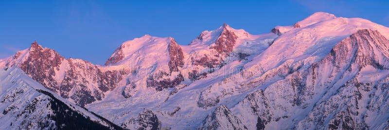 Cordilheira de Mont Blanc no por do sol no couve-de-milão superior Chamonix, Haute Savoie, cumes, França imagens de stock royalty free