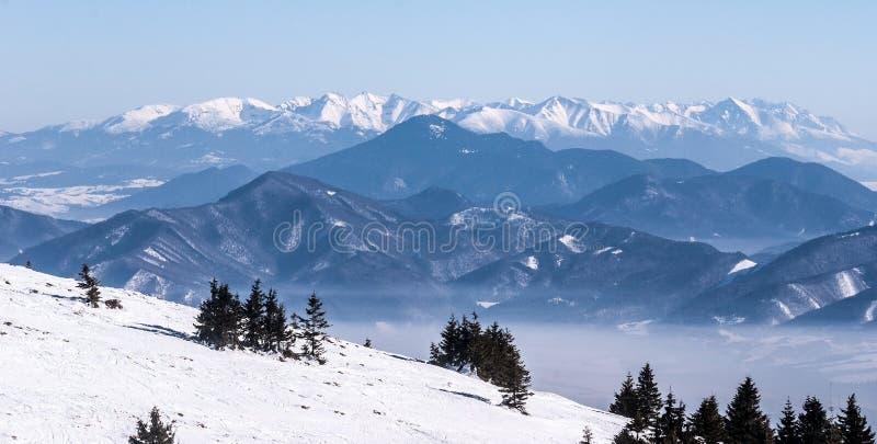 Cordilheira de Tatras da estância de esqui do furo de Martinske em montanhas de Mala Fatra do inverno em Eslováquia imagens de stock