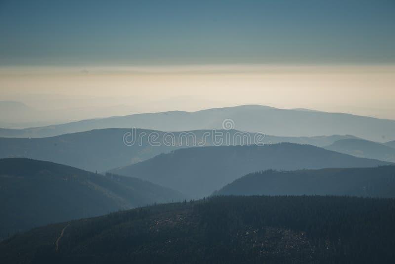 Cordilheira distante e camada fina de nuvens nos vales imagem de stock royalty free