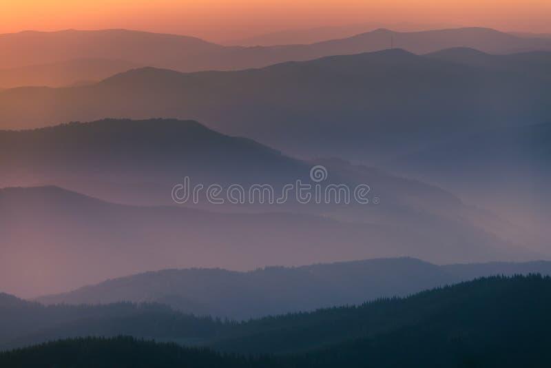 Cordilheira distante e camada fina de nuvens nos vales fotos de stock