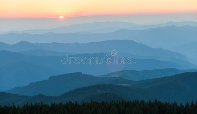 Cordilheira distante e camada fina de nuvens nos vales imagens de stock royalty free