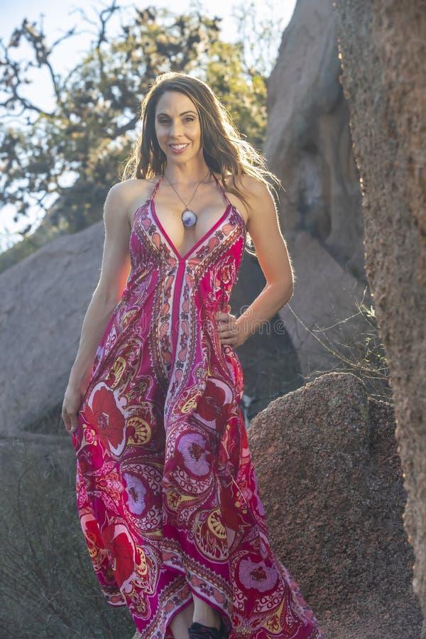 Cordilheira moreno bonita de Posing Outdoors On A do modelo no por do sol fotografia de stock royalty free