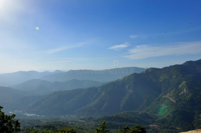 Cordilheira natural com opinião da paisagem da luz do sol fotografia de stock royalty free