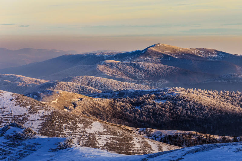 Cordillera con puesta del sol colorida foto de archivo